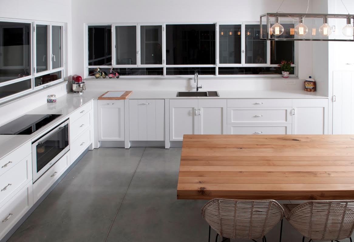 מטבח כפרי מרשים בצבע לבן דה קוצ'ינה