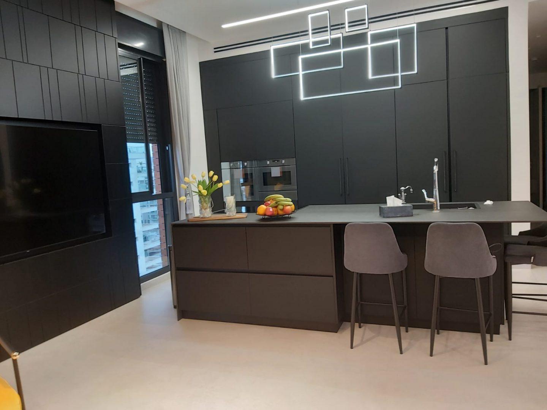 מטבח שחור מודרני ויוקרתי DaCucina Kitchens