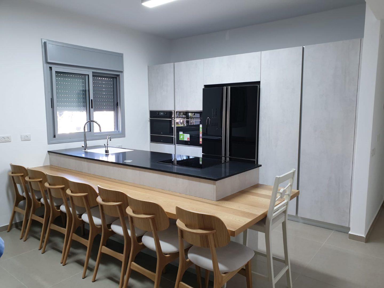 מטבח שחור עם אי קטן בעיצוב מודרני DaCucina Kitchens