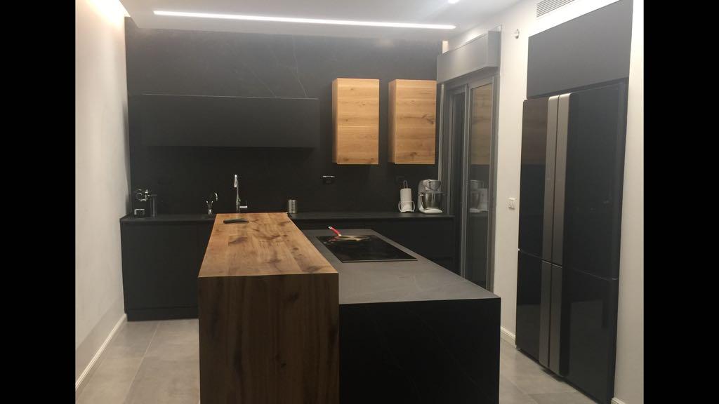 מטבח מודרני מיוחד ויוקרתי בצבע שחור עם שילוב עץ